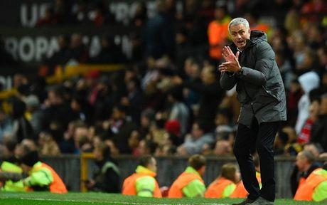 HLV Mourinho 'dien hai' trong ngay giup MU lap ky luc khung - Anh 3
