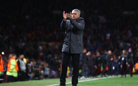 HLV Mourinho 'dien hai' trong ngay giup MU lap ky luc khung - Anh 6