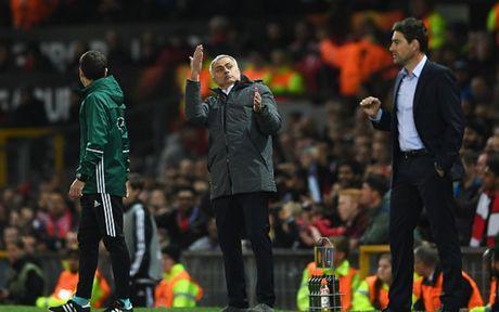 HLV Mourinho 'dien hai' trong ngay giup MU lap ky luc khung - Anh 8