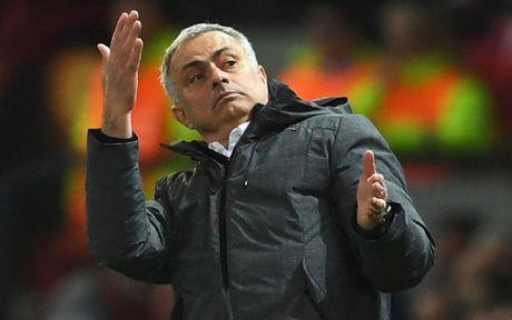 HLV Mourinho 'dien hai' trong ngay giup MU lap ky luc khung - Anh 9