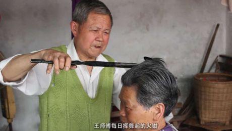 Choang voi canh dung kim ren nong ruc uon toc cho khach - Anh 1