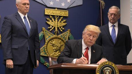 Donald Trump dang de tuong linh quan su 'long quyen' - Anh 1