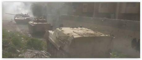 Quan doi Syria tan cong lon danh phe thanh chien co thu ngoai o Damascus - Anh 2
