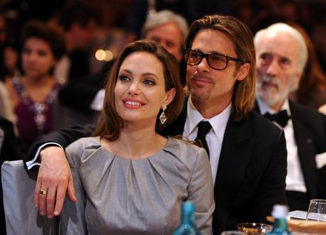 Angelina Jolie co nguoi moi, Brad dau kho that than - Anh 2