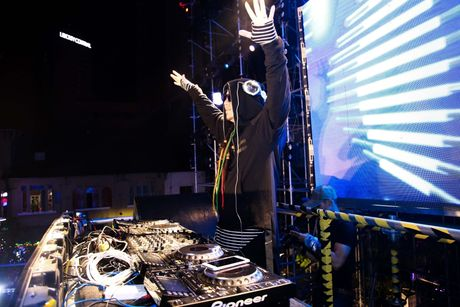 'DJ so 1 Viet Nam' Wang Tran gay nao loan pho di bo Nguyen Hue - Anh 4
