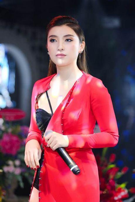 Chau gai Lam Truong 'gay thuong nho' voi kieu mac ho hung noi y - Anh 3