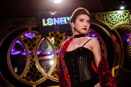 Chau gai Lam Truong 'gay thuong nho' voi kieu mac ho hung noi y - Anh 8