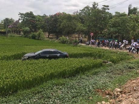 Tai xe Toyota Camry tong chet 3 hoc sinh la can bo benh vien - Anh 1