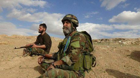 Chien su Deir Ezzor: Quan doi Syria diet hang tram tay sung IS (video) - Anh 1