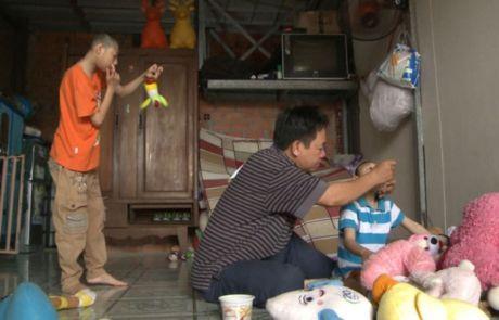 Nguoi cha 'ga trong' nuoi con bai nao bi to lua bip long tot cua cac 'manh thuong quan' - Anh 6