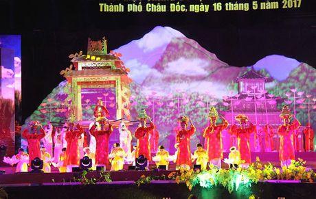Dem khai mac doc dao chao don 'Thang Du lich An Giang nam 2017' - Anh 8