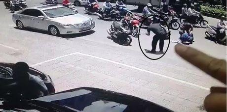 Clip canh giac: Vua nga xe o Ha Noi, dien thoai 'khong canh ma bay' - Anh 1