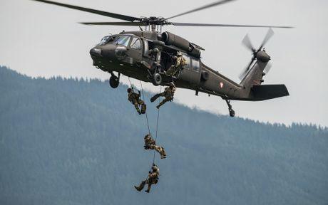 Can canh truc thang sat thu dieu hau den UH-60 Black Hawk cua My - Anh 6