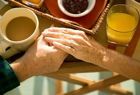 Nhung dieu can biet khi cham soc nguoi bi benh Alzheimer - Anh 3