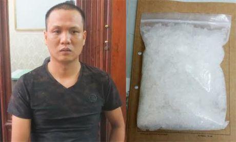 Bat qua tang doi tuong van chuyen 1kg ma tuy - Anh 1