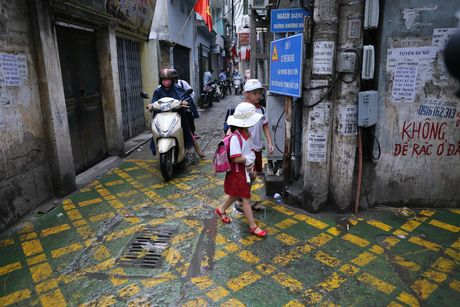 Doc dao 'tuyen duong BRT' trong ngo dau tien tai Ha Noi - Anh 1