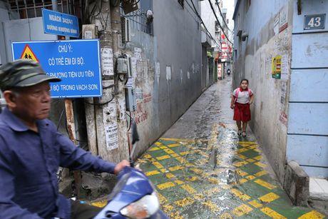Doc dao 'tuyen duong BRT' trong ngo dau tien tai Ha Noi - Anh 4