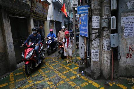 Doc dao 'tuyen duong BRT' trong ngo dau tien tai Ha Noi - Anh 5