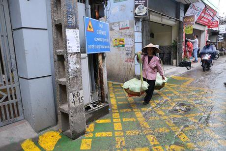 Doc dao 'tuyen duong BRT' trong ngo dau tien tai Ha Noi - Anh 7