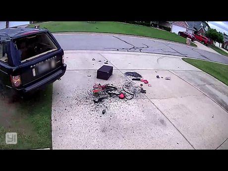 Ranger Rover nhan ket dang khi lui xe voi goc cua 180 do - Anh 1