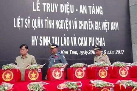 Truy dieu va an tang 17 hai cot liet si quan tinh nguyen va chuyen gia Viet Nam hy sinh tai Lao va Cam-pu-chia - Anh 1
