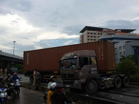 Container tong nat dai phan cach, quoc lo 1A ket cung nhieu gio - Anh 1