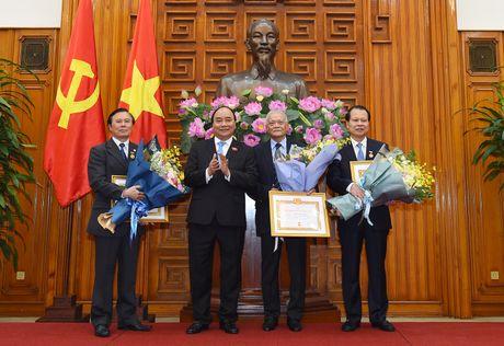 Trao Huy hieu 50 nam tuoi Dang cho nguyen Thu tuong Nguyen Tan Dung - Anh 3