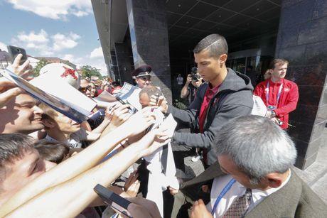 Ronaldo mat 'dua dam', ky tang cho nguoi ham mo - Anh 8