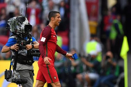 Ronaldo mat 'dua dam', ky tang cho nguoi ham mo - Anh 9