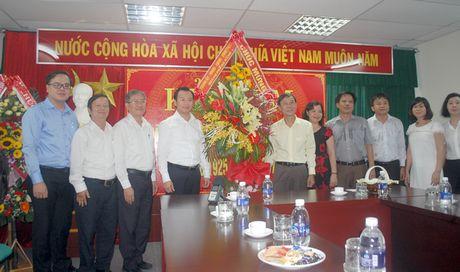 Lanh dao TP Da Nang tham, chuc mung cac co quan bao chi - Anh 1
