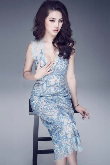 Jolie Nguyen khoe dang ngoc nga voi vay hang hieu 12.000 USD - Anh 7