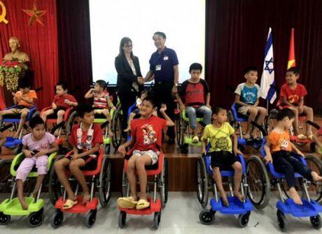 Dai su quan Israel tai Viet Nam trao tang 100 chiec xe lan cho tre em khuyet tat - Anh 1