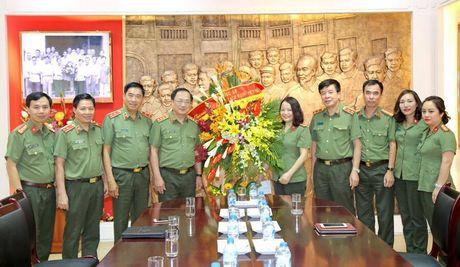 Lanh dao Bo Cong an chuc mung cac co quan thong tan, bao chi - Anh 2