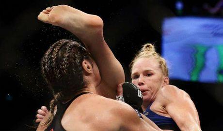 "Dai chien UFC: Cuu ""Nu hoang"" tung cuoc ha cu nhan ke toan - Anh 1"