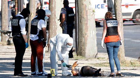 Phap: Xe o to cho vu khi dam canh sat o dai lo Champs Elysees - Anh 1