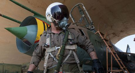 Quan doi Syria cuu phi cong Su-22 bi ban roi o Raqqa thoat chet - Anh 1