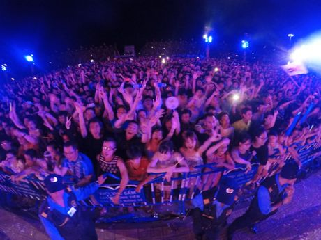 Wang tran loi keo khan gia nuoc ngoai hat nhac viet trong dem nhac EDM Festival - Anh 4