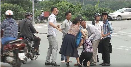 Tong xe vao nguoi phu nu lon tuoi, nam thanh nien gia vo do loi roi lao xe bo tron - Anh 3