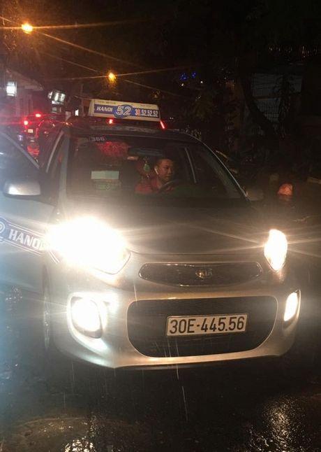 Tai xe taxi kien nhan gan 1 tieng doi khach quay lai de tra tien thua trong thoi tiet mua lut o Ha Noi - Anh 1
