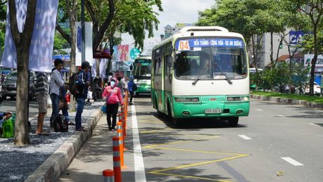 TPHCM: Hanh khach di xe buyt tang tro lai sau nhieu nam - Anh 1