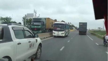 Thot tim voi clip xe khach lieu linh di nguoc chieu tren duong dong nghit nguoi o Thanh Hoa - Anh 1