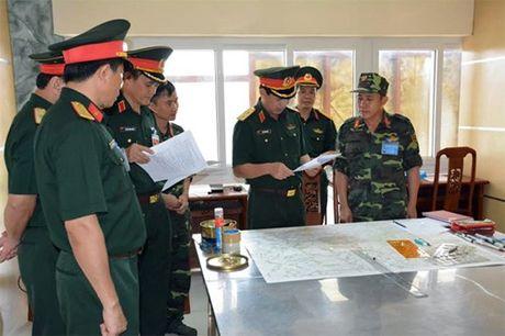 Trung tuong Phan Van Giang kiem tra Trung tam huan luyen quan su Mieu Mon - Anh 1