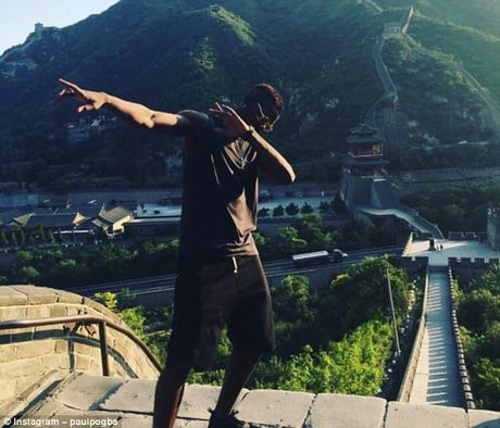 Can canh: Pogba chay thi cung fan tren Van Ly Truong Thanh - Anh 1
