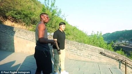 Can canh: Pogba chay thi cung fan tren Van Ly Truong Thanh - Anh 2