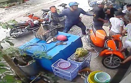 Clip nhom giang ho rut 'hang nong', khung bo nha dan bang 'mua' gach - Anh 1