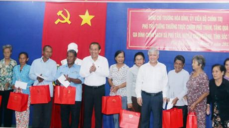 Pho Thu tuong Truong Hoa Binh lam viec va tang qua gia dinh chinh sach o Soc Trang - Anh 2