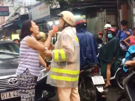 Cong an lam viec voi nguoi phu nu danh, lang ma CSGT - Anh 2