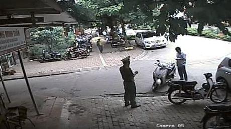 Vu PCT quan Thanh Xuan: Xu ly Chu tich phuong khong doi mu bao hiem - Anh 2
