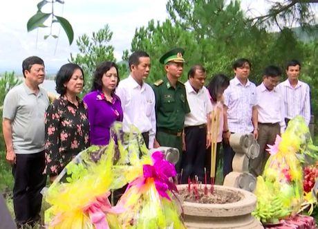 Dong chi Truong Thi Mai, Uy vien Bo Chinh tri vieng mo Dai tuong Vo Nguyen Giap - Anh 1