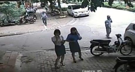 Bi to goi cong an ra trong xe de an bun: Pho Chu tich quan Thanh Xuan bi kiem diem - Anh 2